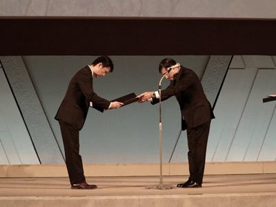 「第20回(平成25年度)研究奨励賞」で表彰を受ける中川基人外科部長
